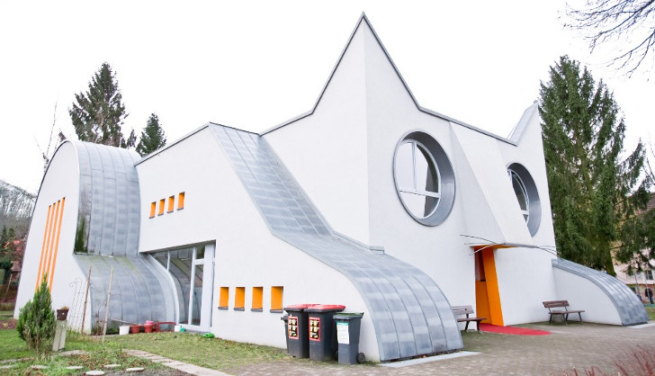 Kindergarten in the form of a cat,   in Wolfartsweier, Germany